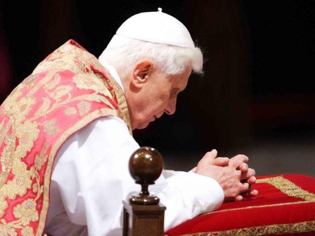 papa  Benedetto XVI prega