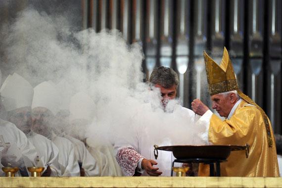 Incensazione altare - Benedetto XVI