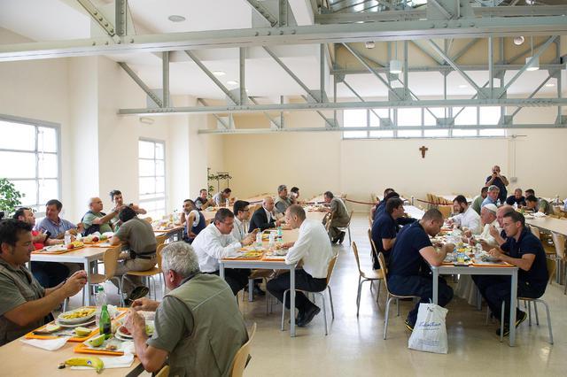 """Papa: pranza con dipendenti vaticani nella mensa """"aziendale"""""""