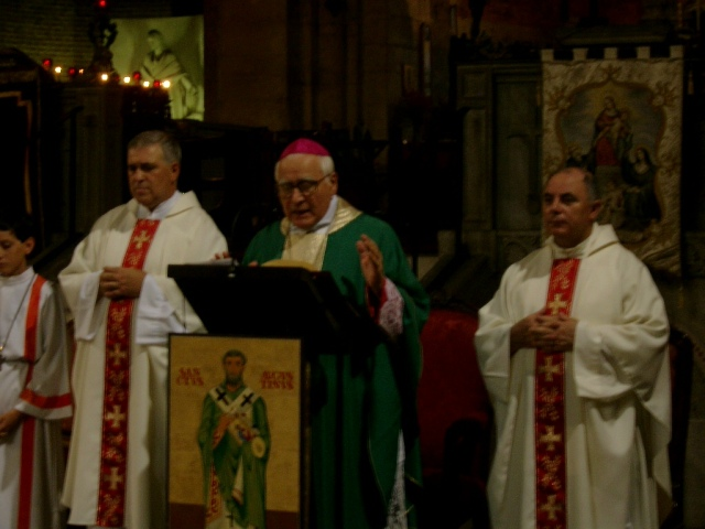 Monsignor Giovanni Volta durante una celebrazione eucaristica in San Pietro in Ciel d'Oro
