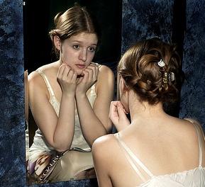 Due in uno la tempesta e la leucemia angelo nocent - Ragazza davanti allo specchio ...
