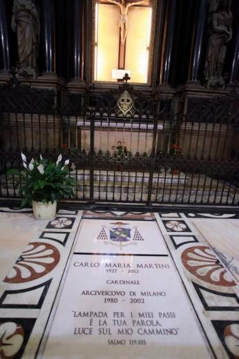 Carlo Maria Martini - Tomba ai piedi del Crocefisso