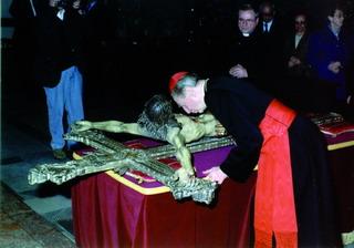 *alla processione con il crocifisso (venerdì santo). il card. martini bacia il crocifisso.
