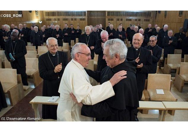 Papa Francesco abbraccia P. Ermes